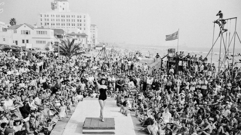 Tłum na plaży w Santa Monica