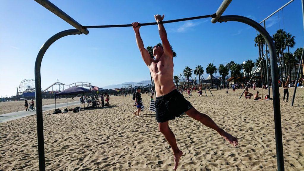 Człowiek bez koszulki trenujący na plaży