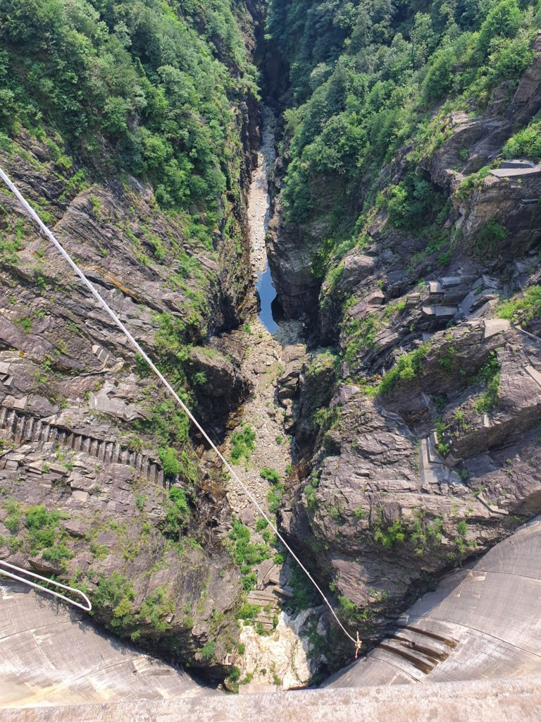 contra-dam-verzasca-dam-bungee-michał-fic-new-wayfarer-james-bond-jump-goldeneye