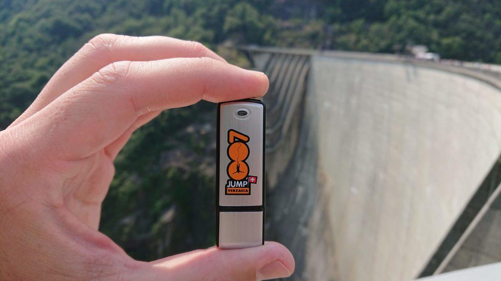stick z materiałem wideo na tamie wodnej