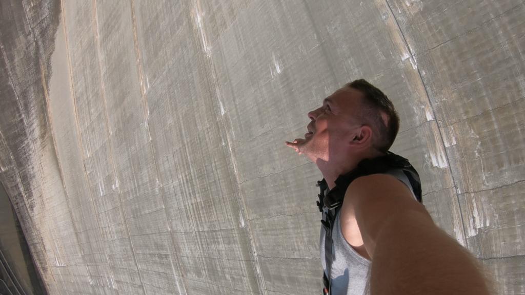 zadowolony człowiek po skoku bungee