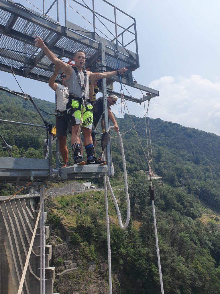 Michał Fic skaczący z tamy w Szwajcarii