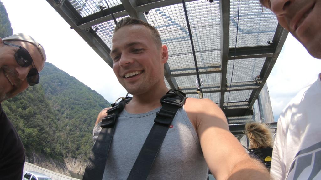 uśmiechnięty Michał na rampie przed skokiem bungee