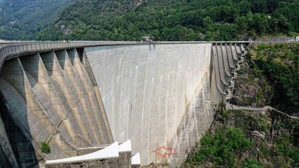 betonowa ściana zapory wodnej