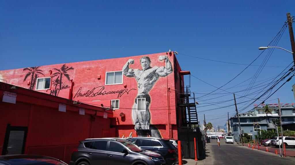 Mural Arnolda Schwarzenegera na czerwonej ścianie w Venice