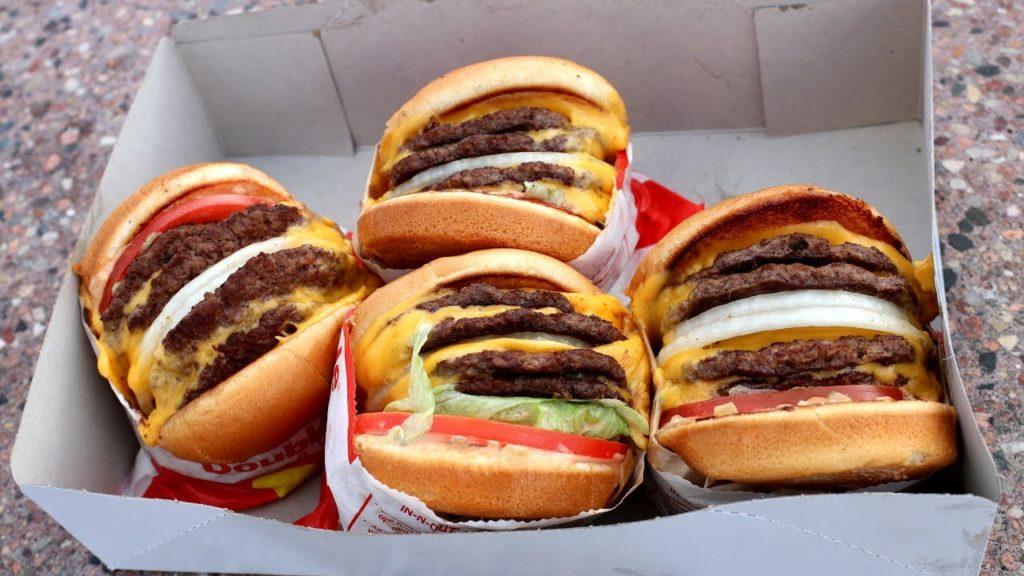 cztery pyszne hamburgery w kartonowym pudełku