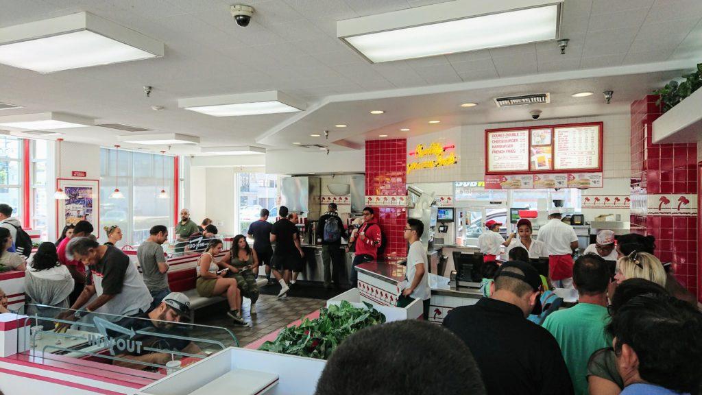 kolejka klientów w restauracji In N Out w Los Angeles