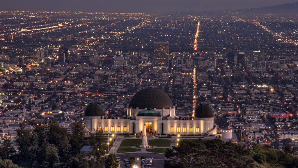 Obserwatorium Griffith nocą na tle Los Angeles