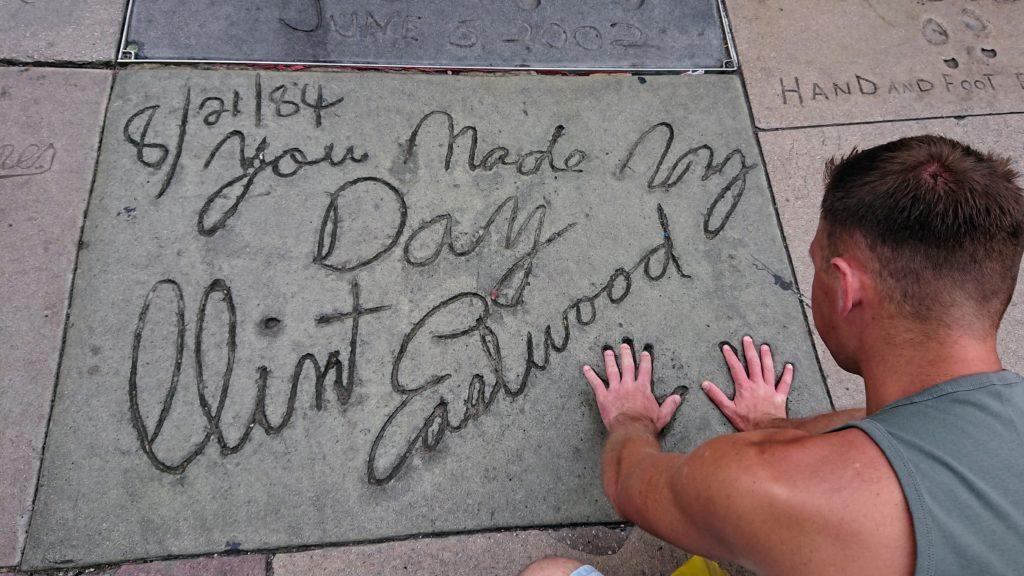 Dłonie w betonie na chodniku