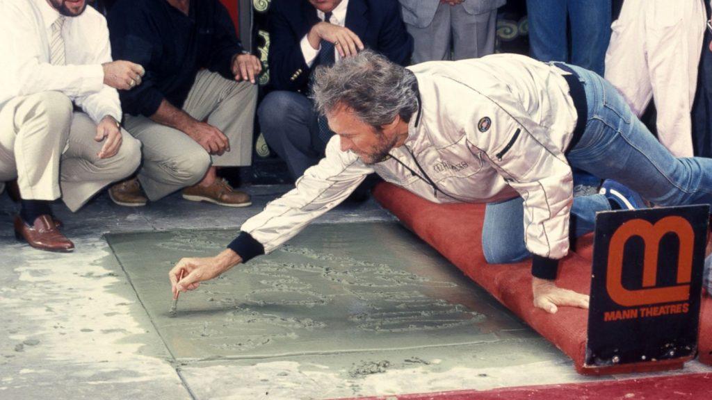 Clint Eastwood odbija swoje dłonie w betonie w Los Angeles