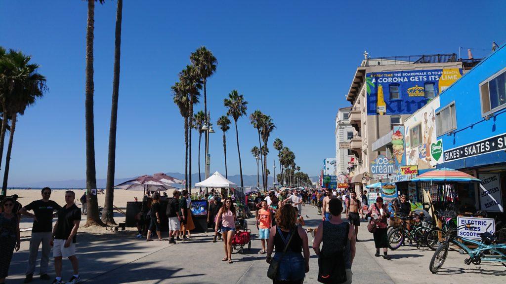 Tłumy ludzi i freak show w Venice Boardwalk