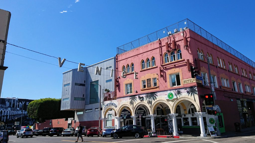 Venice Beach napis wiszący nad ulicą