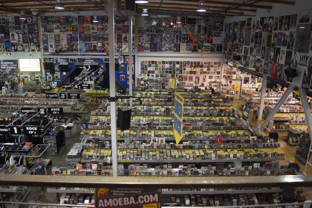 półki z płytami winylowymi i cd