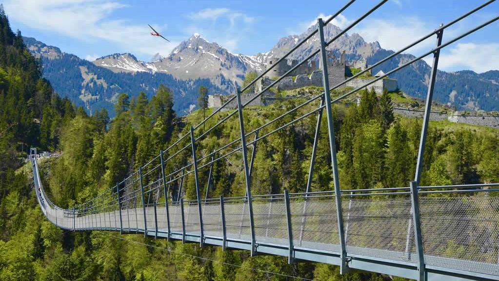 Most na tle średniowiecznego zamku. Najlepsze Alpejskie mosty