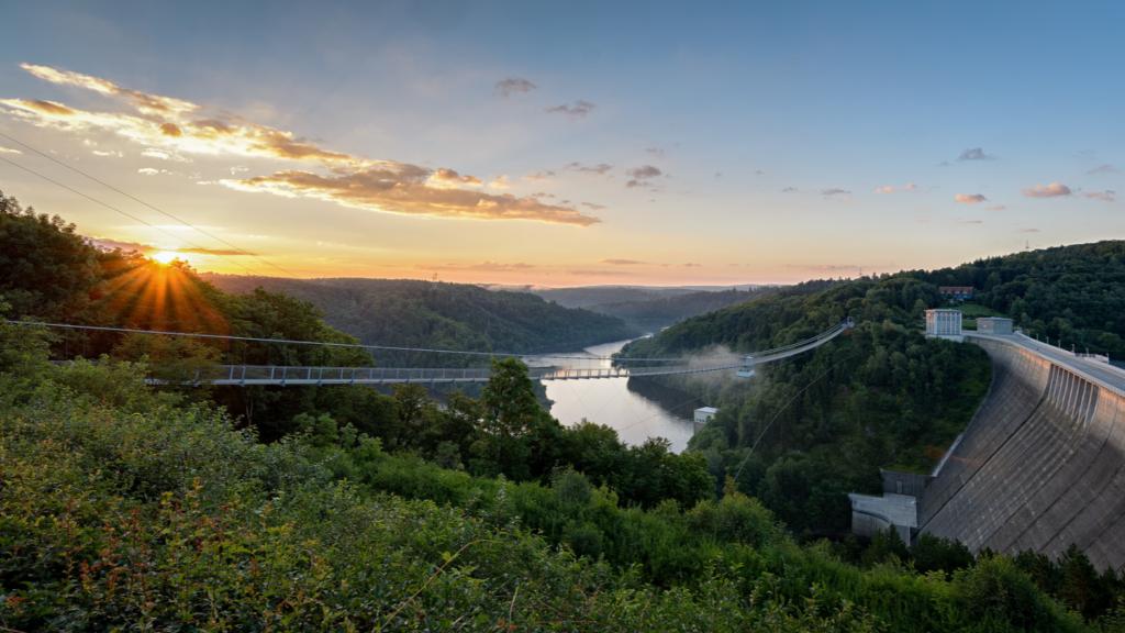 most i zapora wodna podczas zachodu słońca