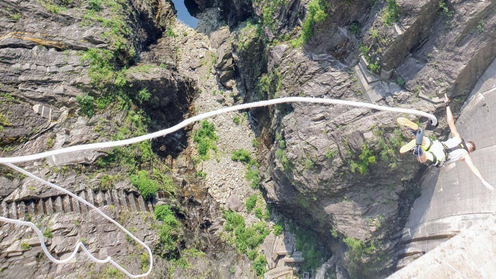 Michał Fic skaczący z tamy Contra w dolinie Verzasca w Szwajcarii