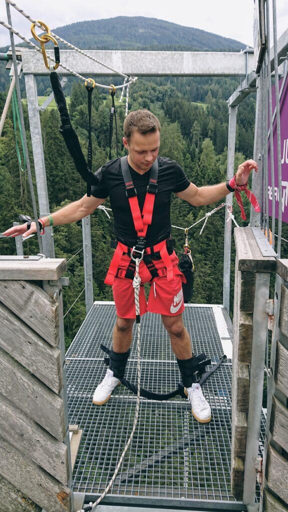 Człowiek stojący na wysokim moście