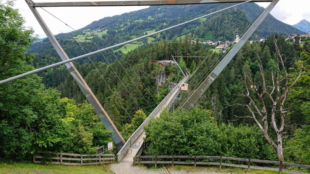 Kładka dla pieszych nad wąwozem Pitzenklamm w Austrii