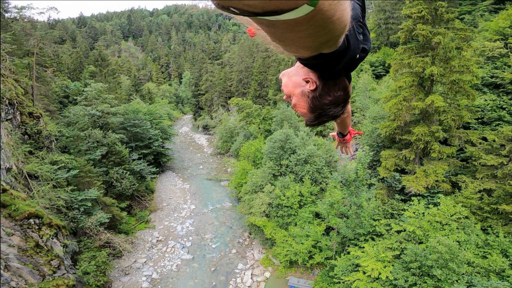 Mężczyzna wiszący na linie bungee pod mostem