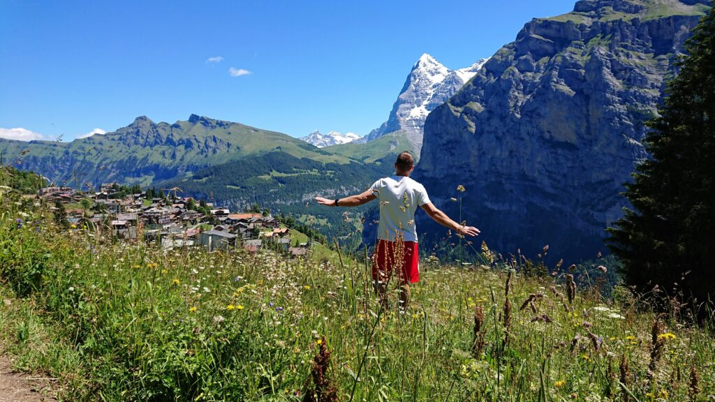 Człowiek w górach na tle Eiger w słoneczny dzień