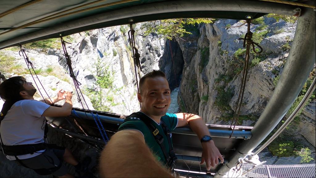 uśmiechnięty człowiek wysoko w górach