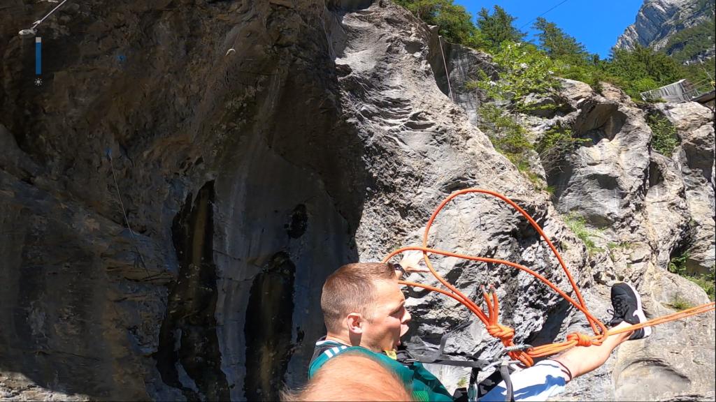 człowiek na huśtawce pomiędzy skałami
