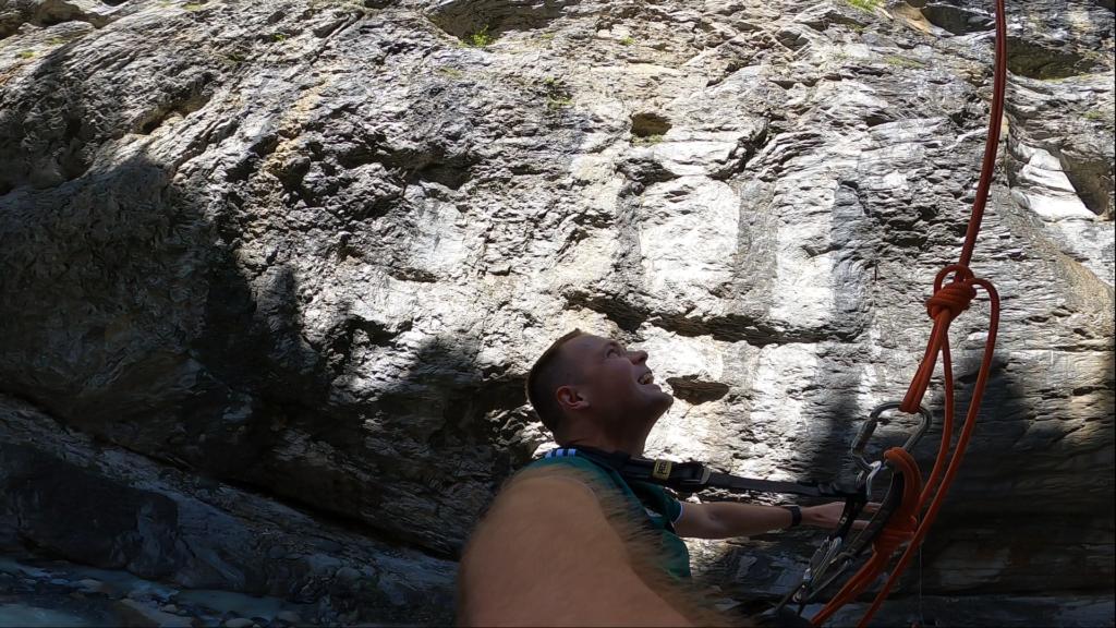 człowiek patrzący w górę kanionu