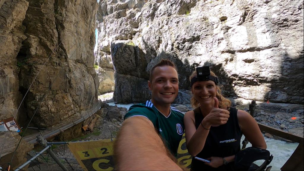 uśmiechnięta para nad rzeką w kanionie