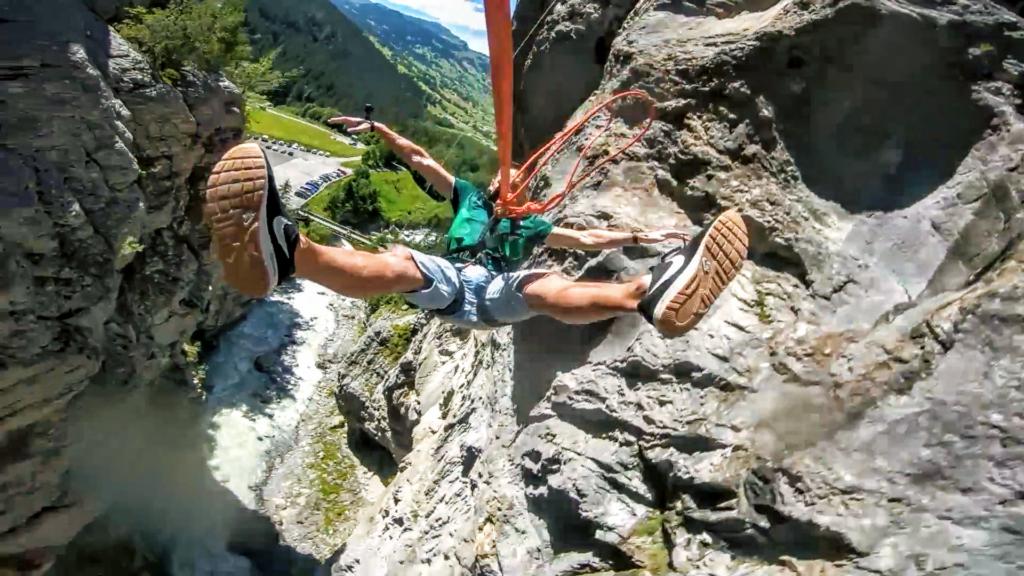 człowiek spadający ze skały