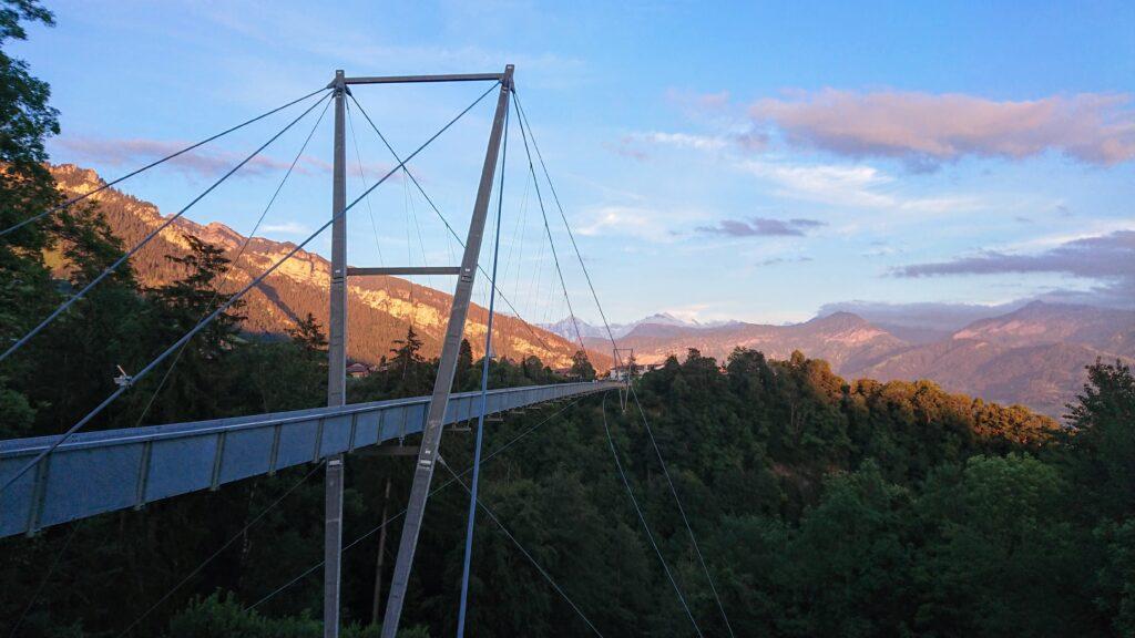 most Panoramabrücke Sigriswil podczas zachodu słońca w Szwajcarii