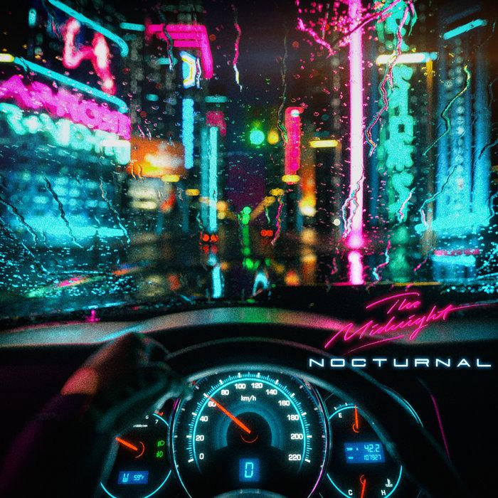 Nocne neonowe miasto w deszczu widziane przez przednią szybę samochodu