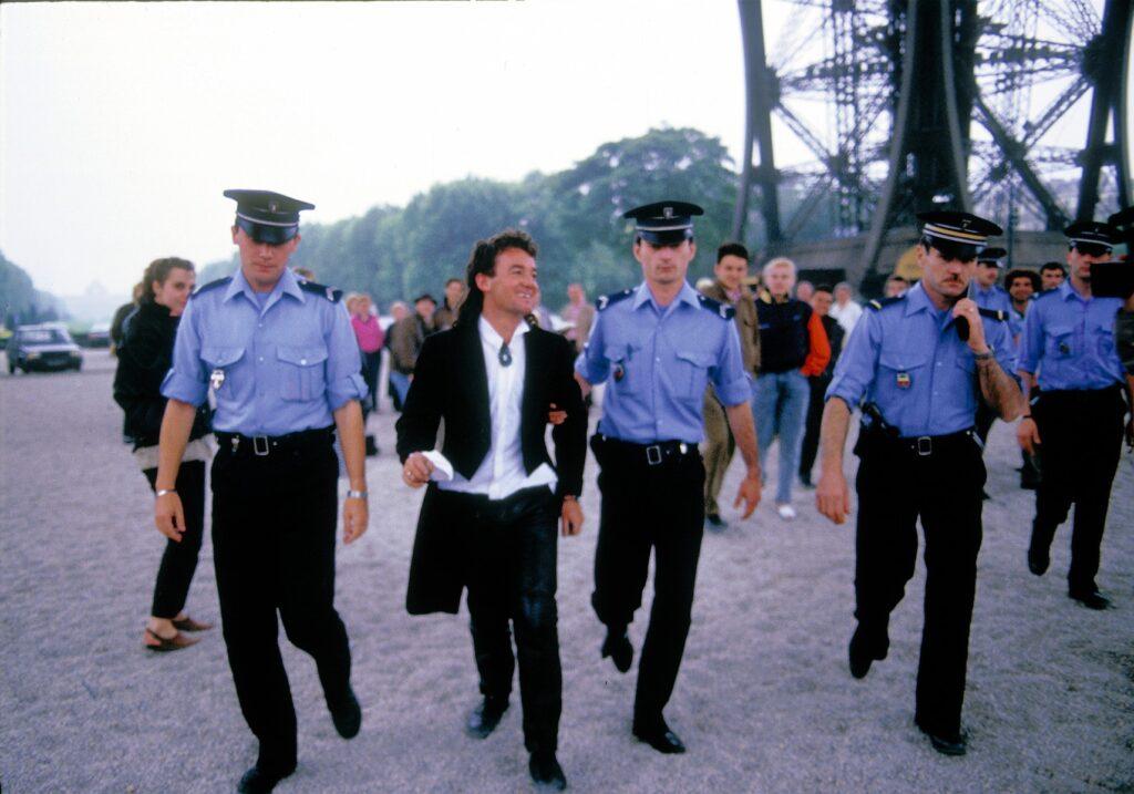 Skoczek bungee i policjanci w niebieskich mundurach
