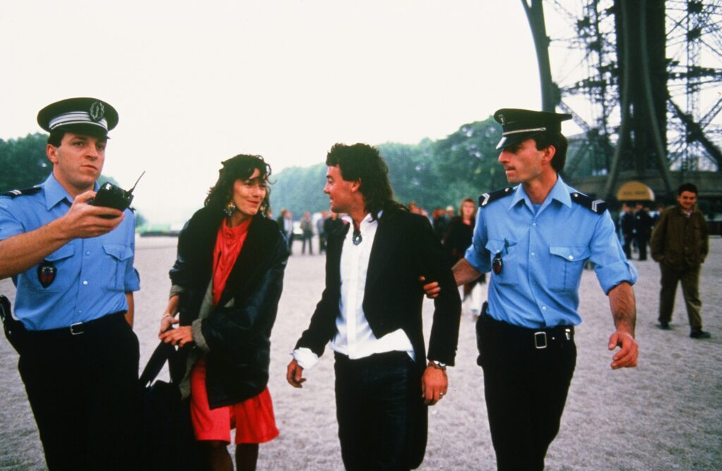 Mężczyzna, dziewczyna i francuscy policjanci w niebieskich mundurach
