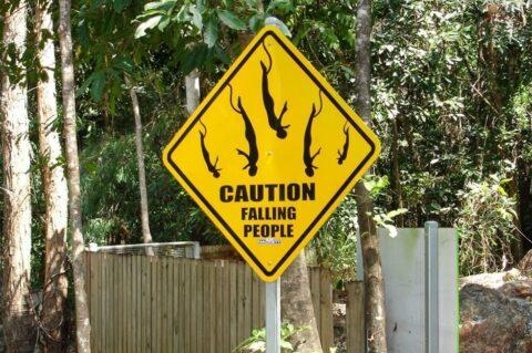 Znak ostrzegający przed spadającymi ludźmi