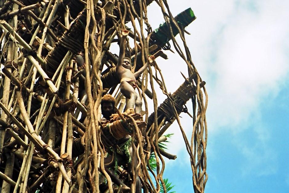 Człowiek skaczący z bambusowej wieży