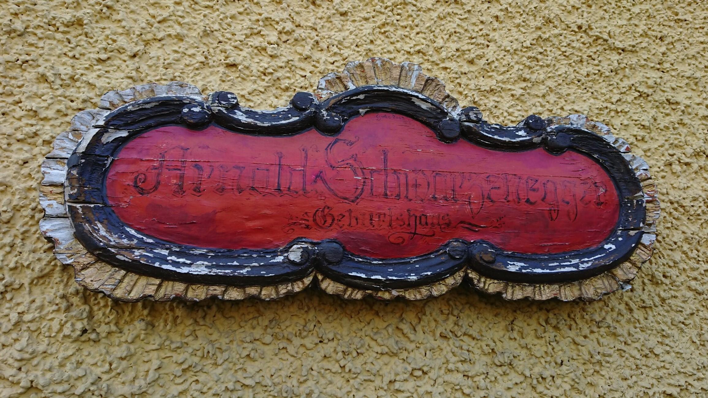 tabliczka na ścianie