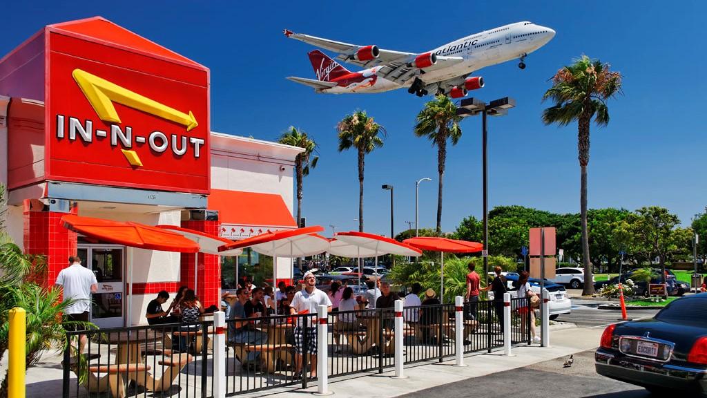 Samolot nad restauracją In N Out Burger w Los Angeles