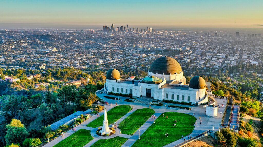 Obserwatorium Griffitha na tle Los Angeles