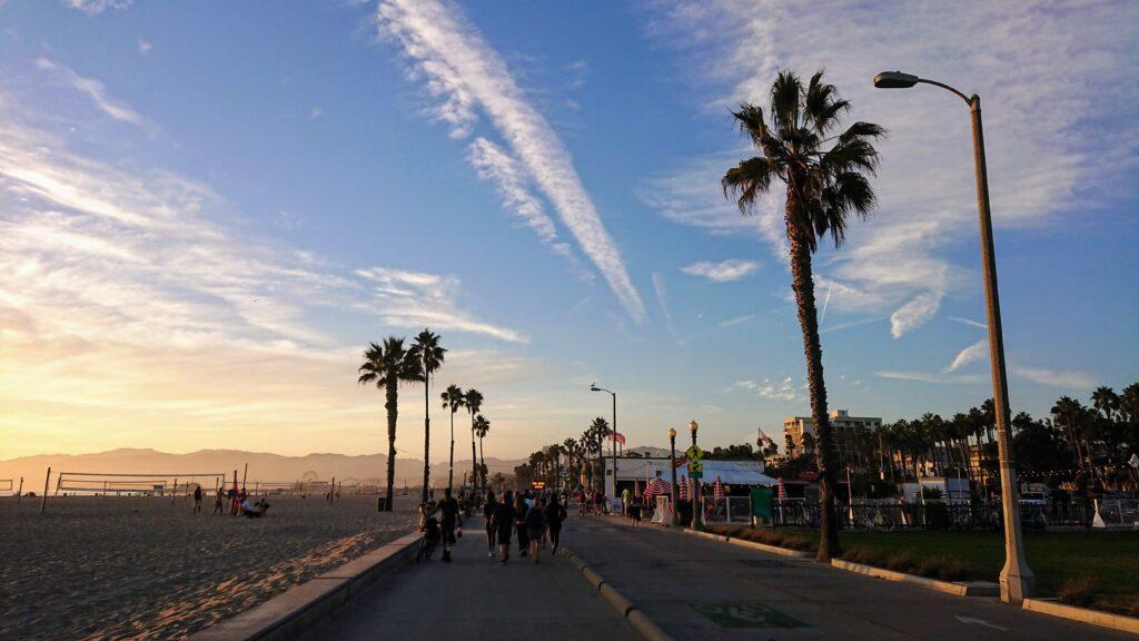 deptak nad brzegiem Oceanu Spokojnego w Santa Monica