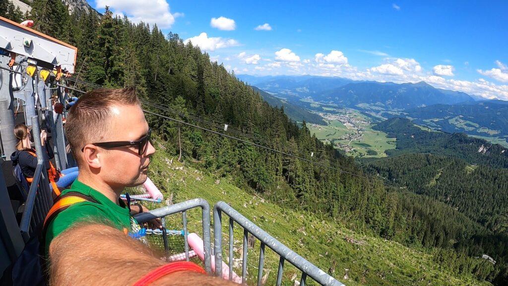 człowiek podziwiający górska panoramę