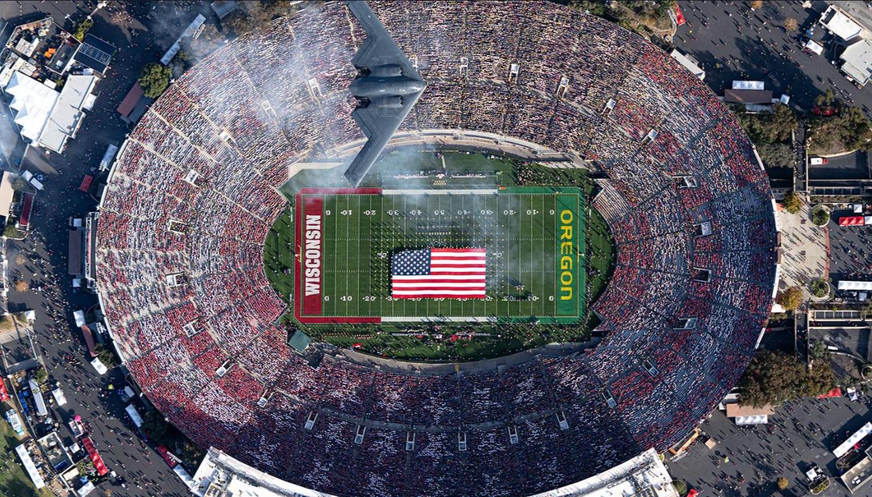 """Finał rozgrywek 2019 roku na stadionie Rose Bowl i uroczysty przelot bombowca B-2 Spirit podczas ceremonii otwarcia © Mark Holtzman - West Coast Aerial Photography. Dla mnie bardzo """"amerykańskie"""" zdjęcie :-)"""